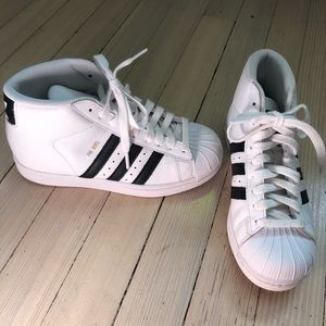 Adidas Boys Youth Sneakers Size 3 1/2 hardly worn!